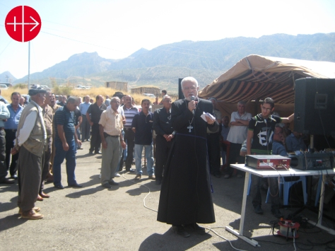 Father Emanuel Youkahna (Iraq) with displaced peoplePhoto: CAP